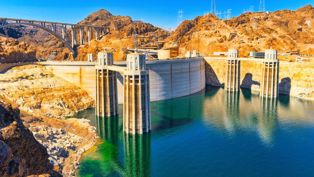 imagem da represa hoover dam em fotografia tirada em dia claro