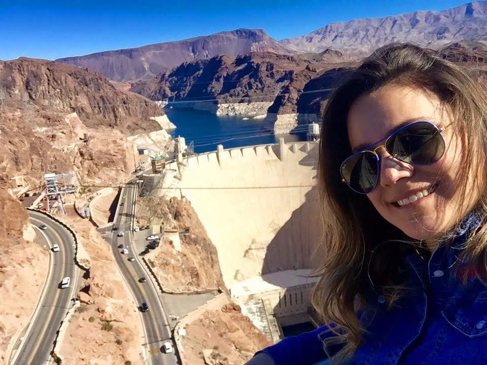 imagem de uma turista visitando a represa hoover