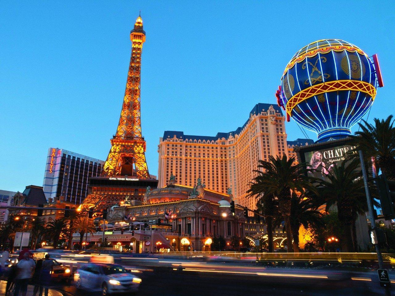 imagem vista de baixo de um anoitecer em frente ao hotel paris em las vegas