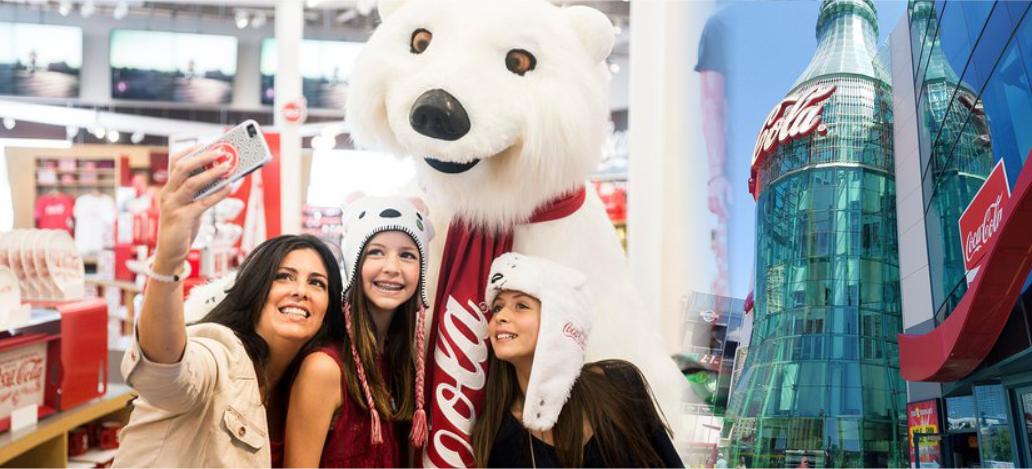 Urso na loja da Coca-Cola, localizada na Strip