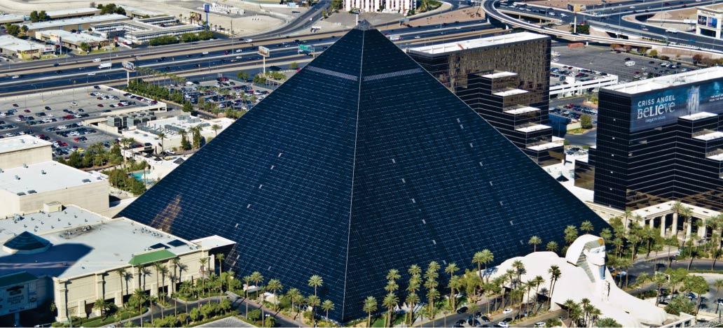 imagem da piramide do hotel luxor las vegas fotografia tirada do alto para ilustrar conteudo que fala tudo sobre o hotel