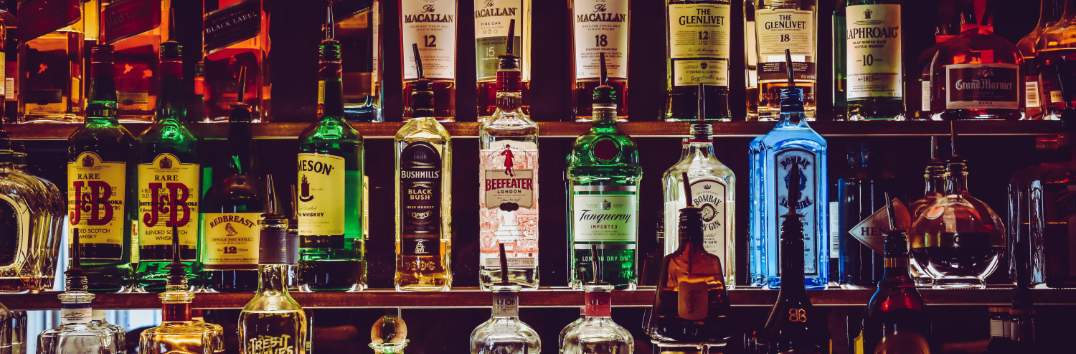 las vegas cocktail bars imagem de varias garrafas de bebidas alcoolicas tops dos estados unidos